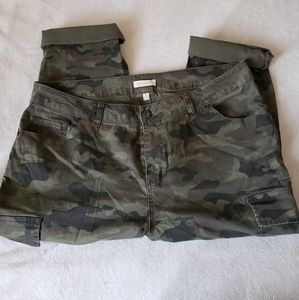 LORALETTE camo, cargo, cropped jeans  Size 18